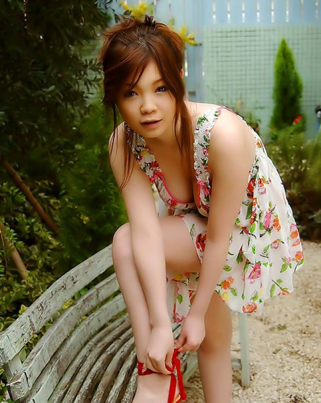 Японская девушка показывает свои большие сиськи