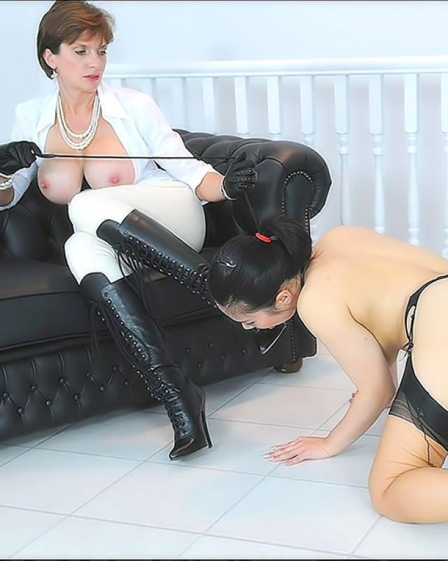 Белоснежная госпожа трахает азиатскую рабыню фаллосом
