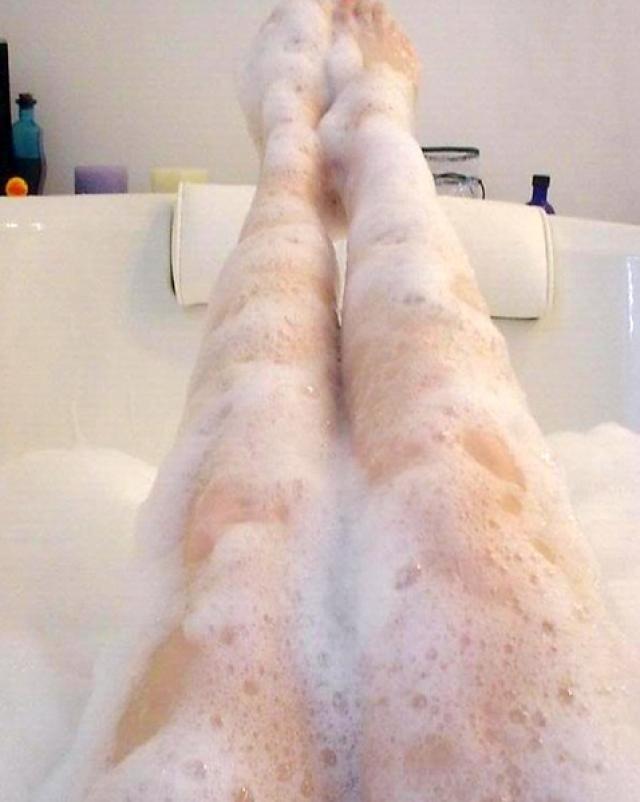 Азиатка с красивой грудью блестяще сделала минет в пенной ванне
