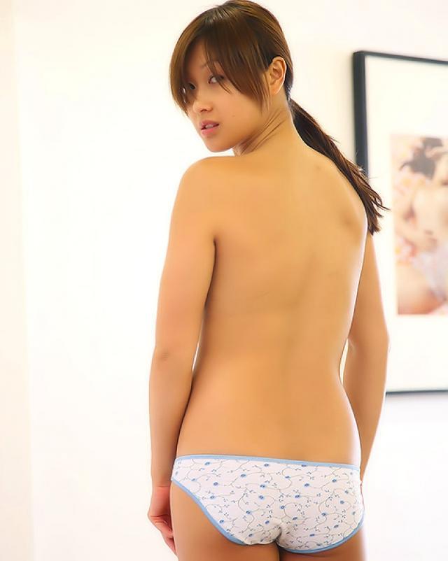 Красивая азиатская девчонка осталась без джинсовой юбки