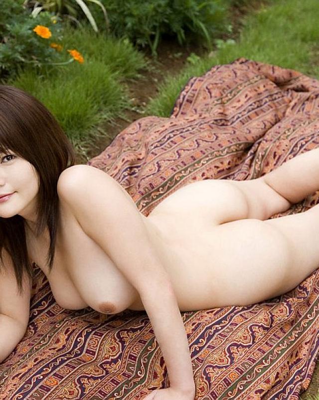 Японская девушка разделась до мохнатой киски на улице