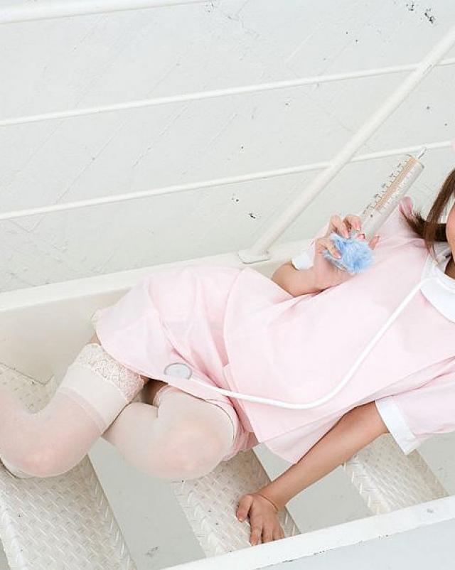 Прекрасная японка ласкала свою пизду в сочных чулках