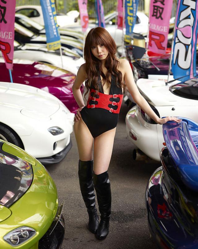 Японская девушка предстала в эротичном виде перед тачками