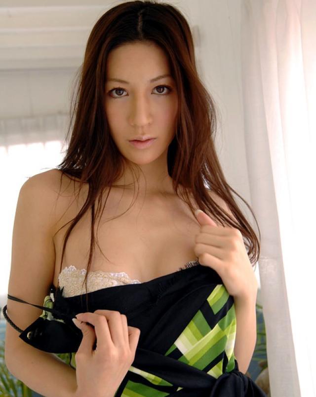 Слащавая японка с красивой вагиной поделилась фото своих сисек