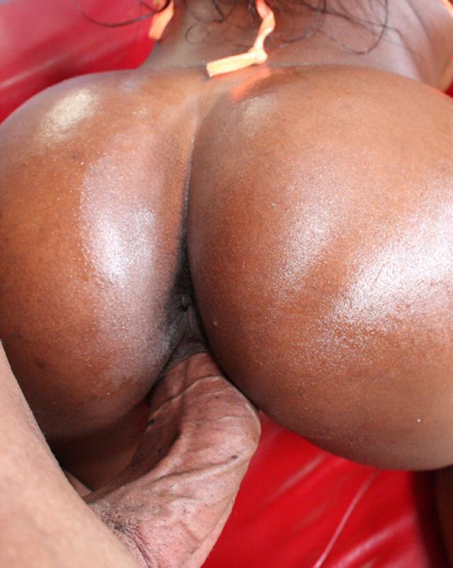 Две телки с большими задницами жарились в масле