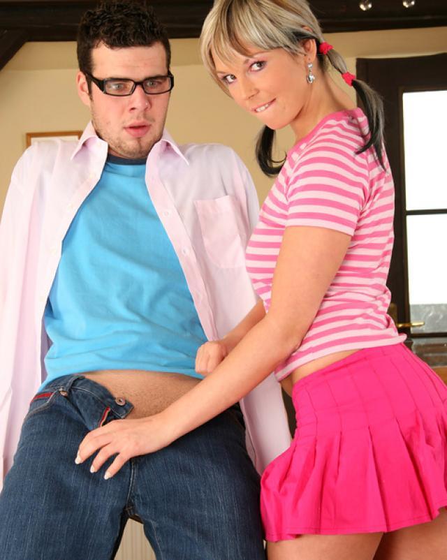 Скромная девчонка с большой попкой задрала юбку для секса