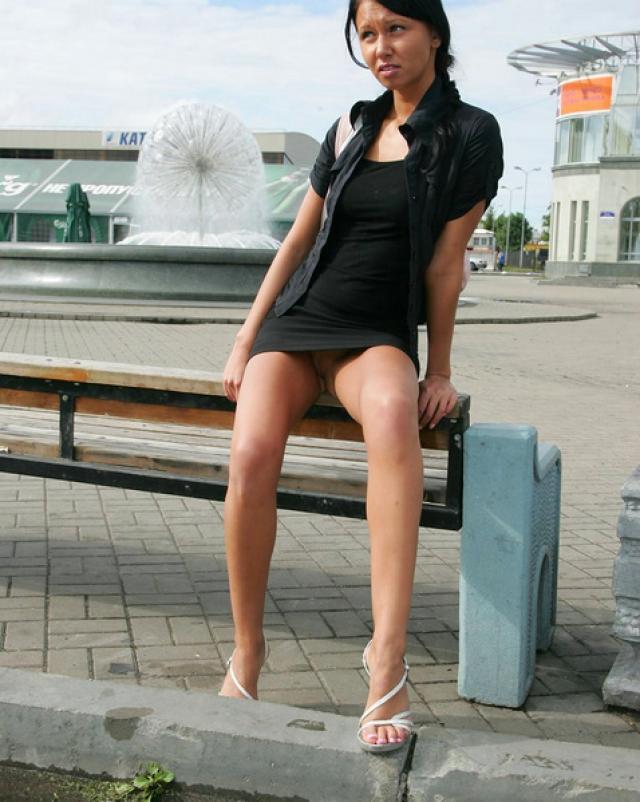 Молоденькая брюнетка разгуливает по городу без трусиков показывая киску