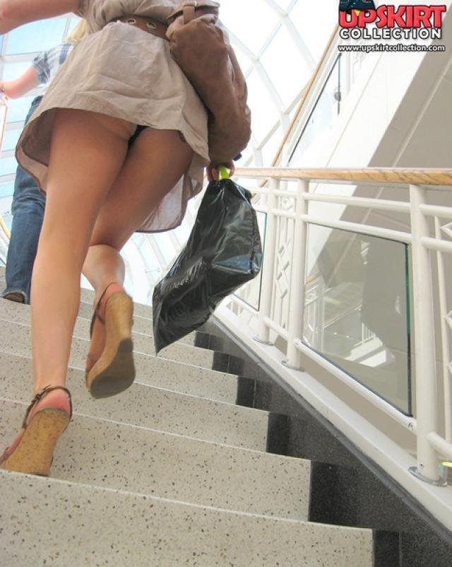Пацан снимает женщину без трусиков в на эскалаторе
