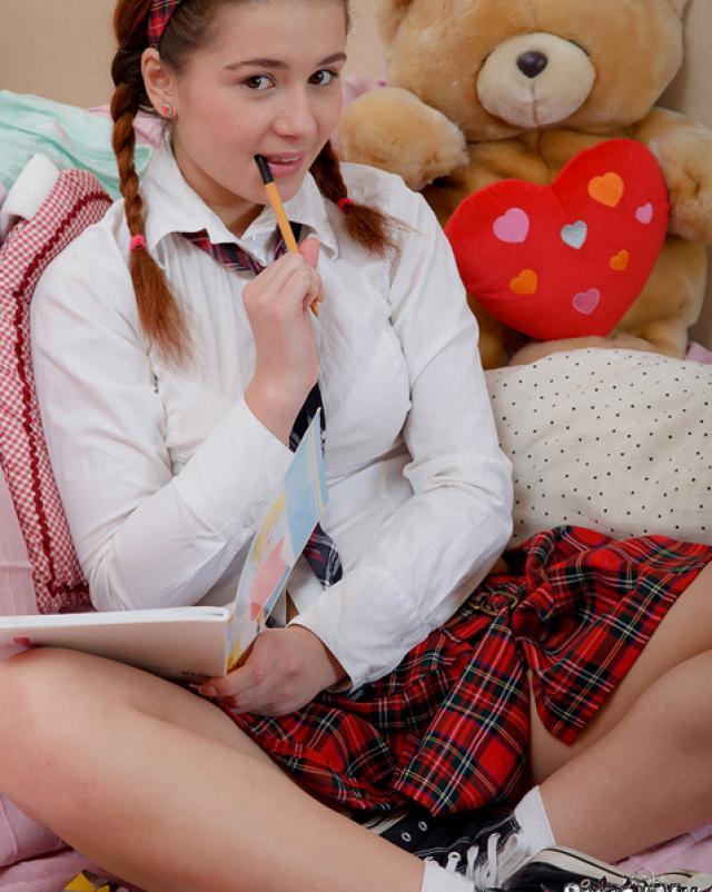 Юная студентка без трусиков вставляет игрушку в попку