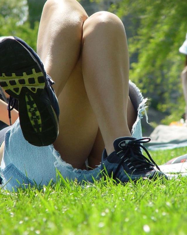 Наглый гражданин заснял лежащую без нижнего белья блондинку в парке