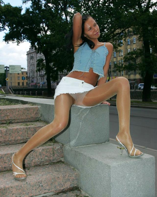 Курящая девушка без трусиков и ее порочная прогулка по скверу