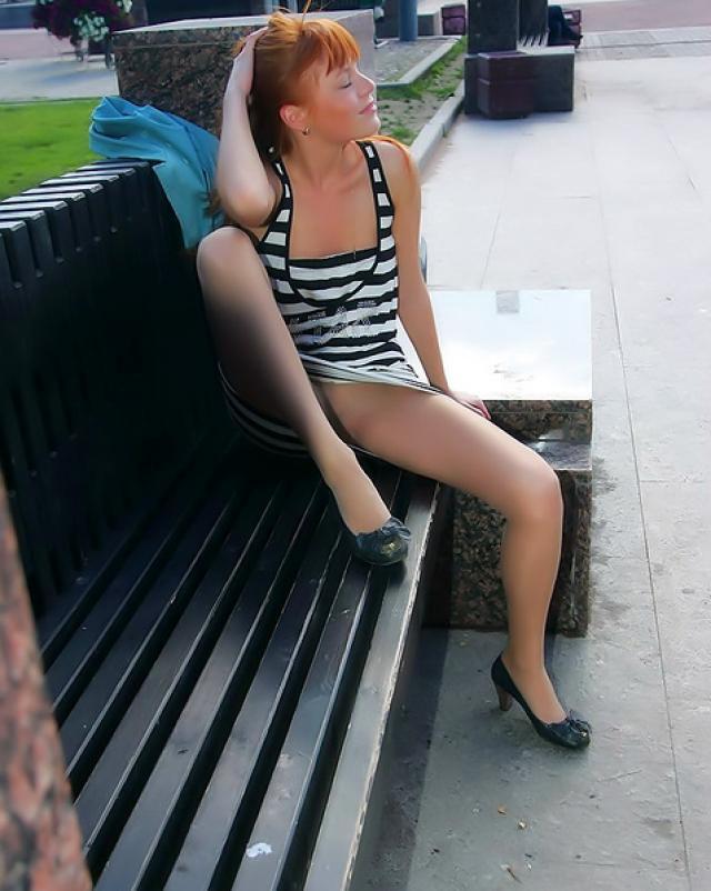 Бесстыжая девушка без трусиков пикантно гуляла по аллее
