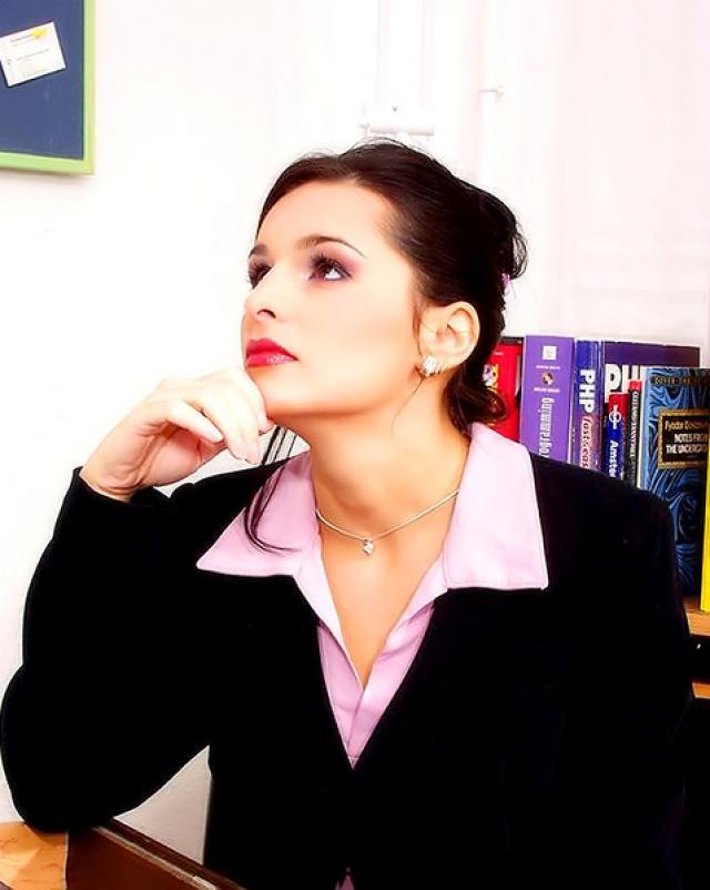 Фото девушки без трусиков с классной мастурбацией в офисе