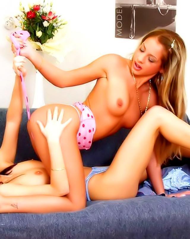 Молодые любовницы без трусиков сладко трахались на диване