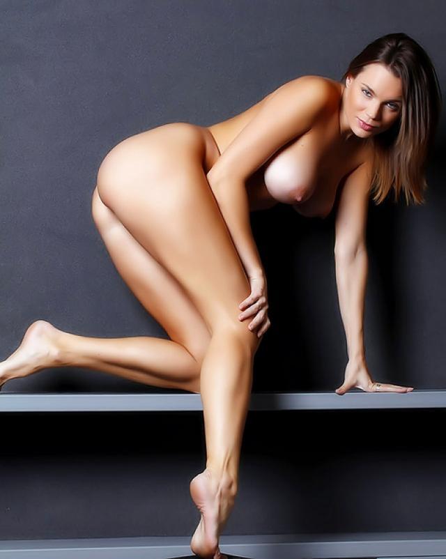 Эротичная брюнетка без трусиков показала бритую киску