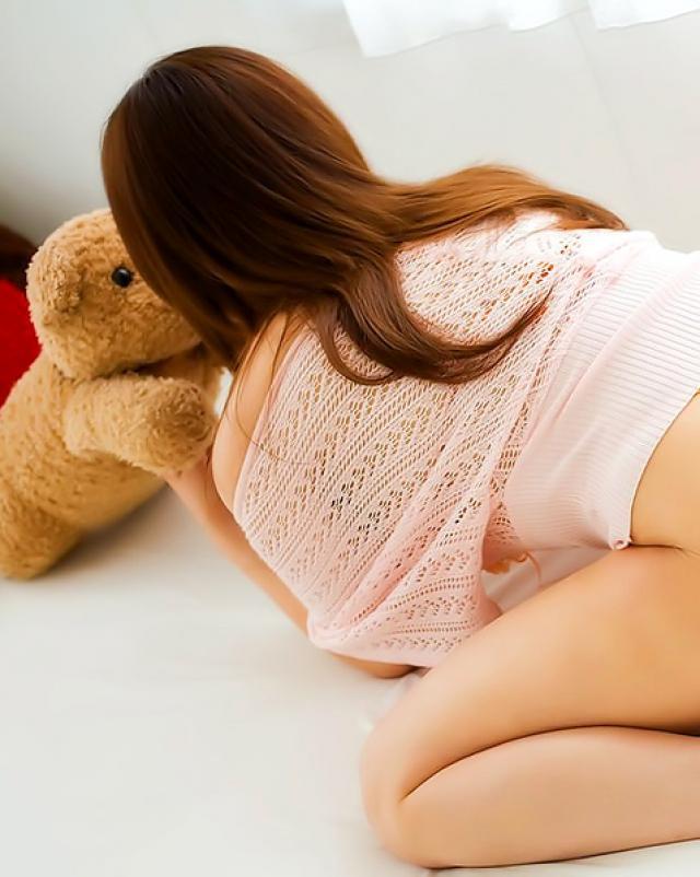 Японская мама без трусиков обожает мастурбацию в соло