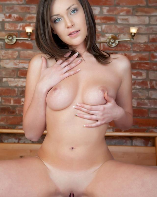 Супер девушка с упругой грудью