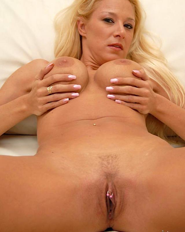 Поразительная блондинка блестит своими большими сиськами на диване