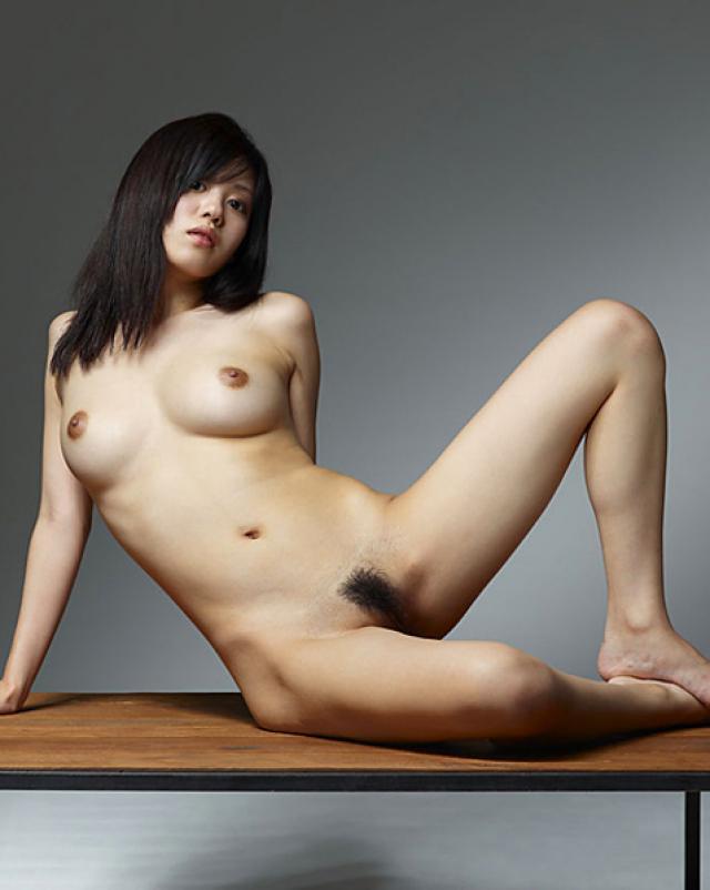 Японка ласкает волосатую пизду