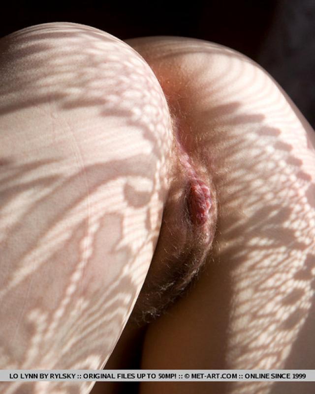 Брюнетка с большими грудями раздвинула ноги на природе