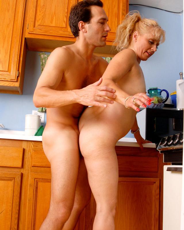 Внук забрызгал спермой пизду своей бабушки