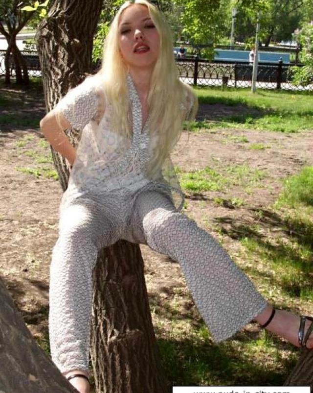 Блондинка в летнем платье показала вагину у дерева