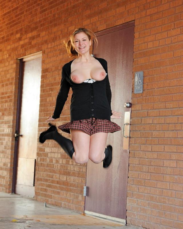 Студентка с натуральными большими сиськами прогулялась без трусиков