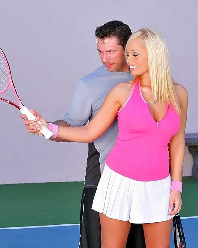 Тренер по теннису отжарил блондинку и кончил на жопу