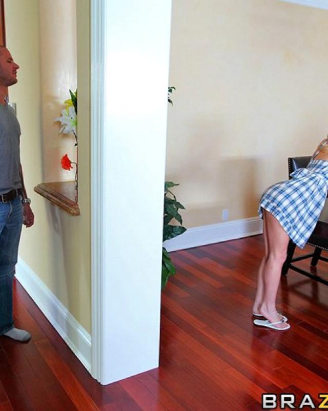 Сосед застал женщину без трусиков и жарко оттрахал в киску на диване