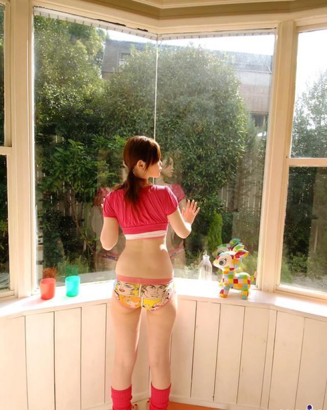 18-летняя японка без трусиков захотела провести день дома