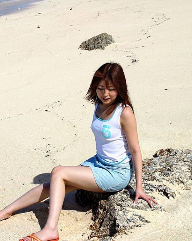 Японская девушка захотела искупаться в море без трусиков