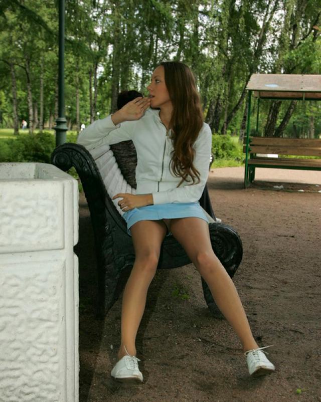Русская девушка без трусиков шалит в городском парке