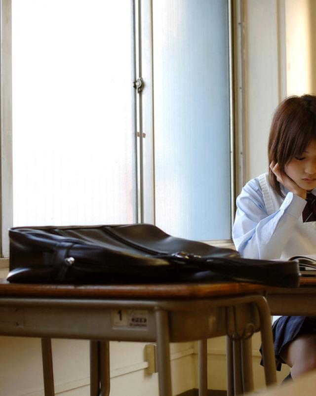 Молоденькая японка осталась без трусиков на учебе