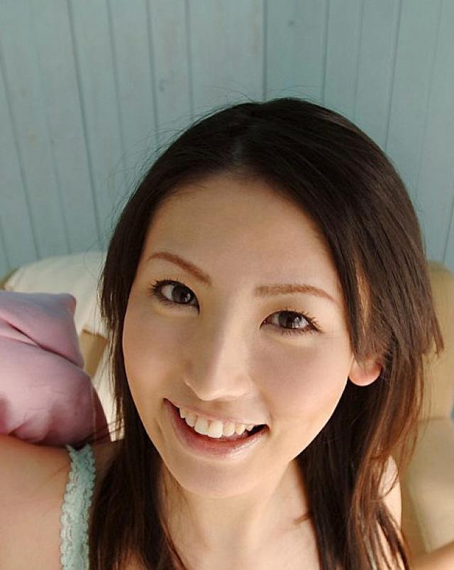 Красивая японка гуляет по домику без трусиков