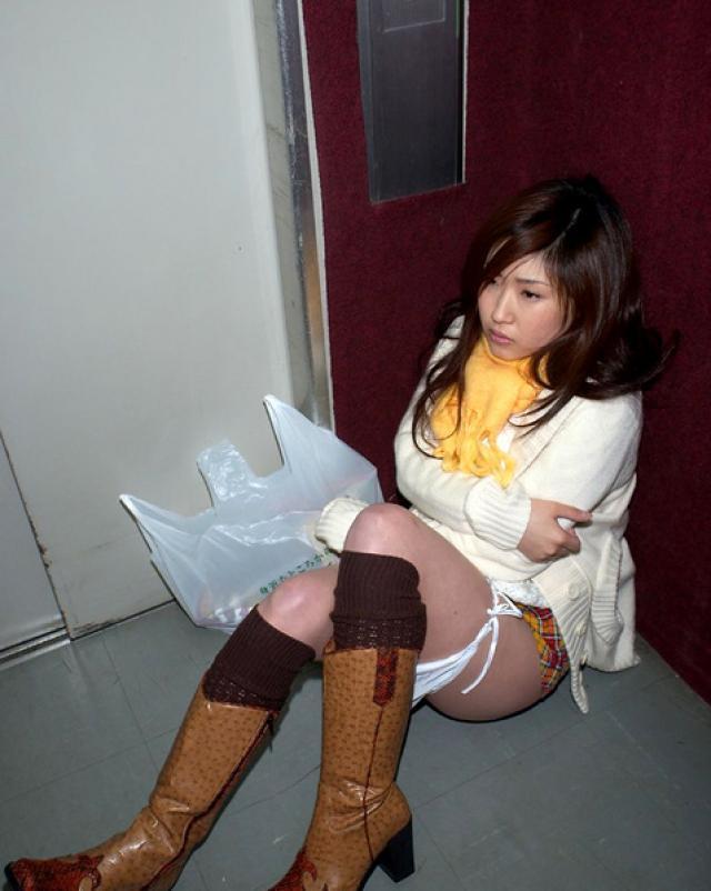 Японская девушка без трусиков шалит на камеру