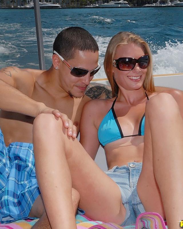 Мажор трахает большую задницу блондинки на лодке