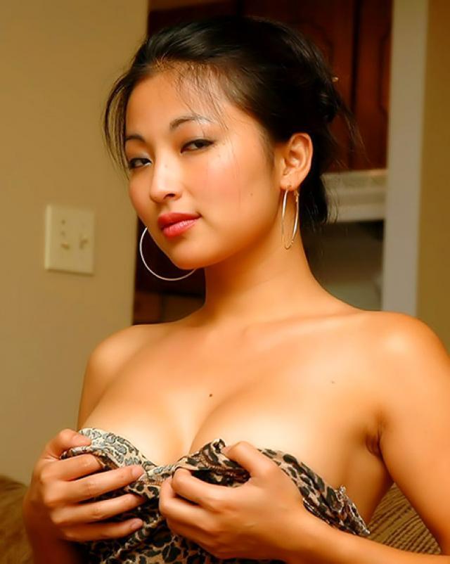 Скромная девушка с полной грудью
