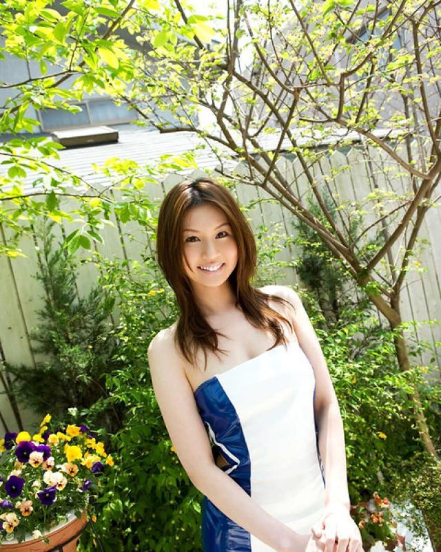 Японская бейба светит большой задницей на солнышке