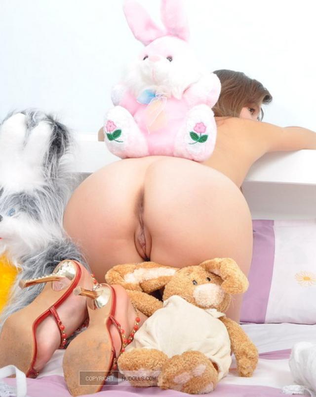Молодая сучка с большой задницей раздевается в комнате