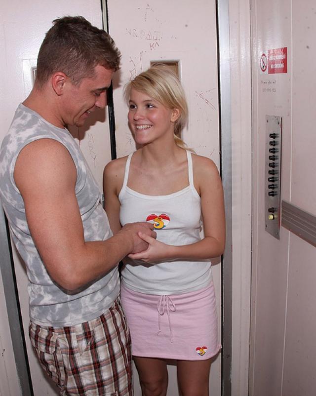 Блондинка с большой попкой дрочит член перед сексом