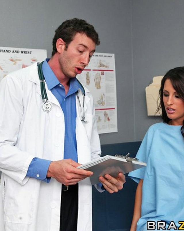 Симпатичный доктор оттрахал медсестру в свободное время