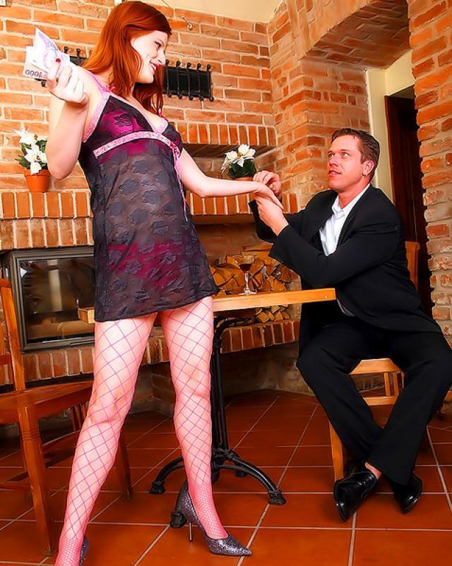 Рыжая девушка дала наказать свою попку
