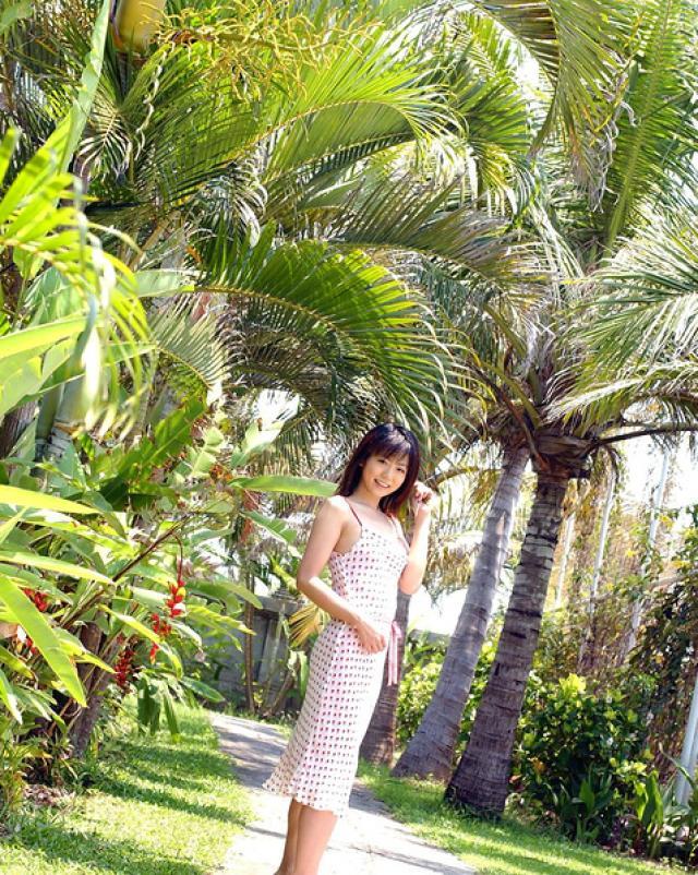 Японская милашка намочила свои трусики на пляже