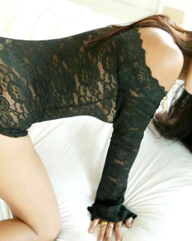 Похотливая азиатка страстно позирует в черном дамском белье