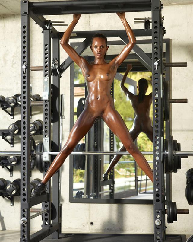 Негритянская спортсменка эротично подтягивается