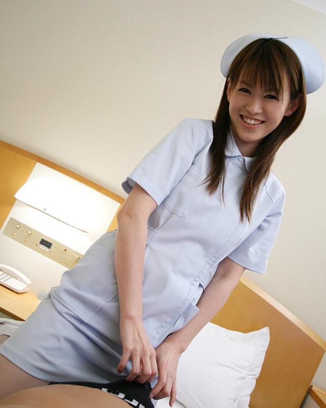 Японская медсестра эротично играется с молодым пациентом больницы