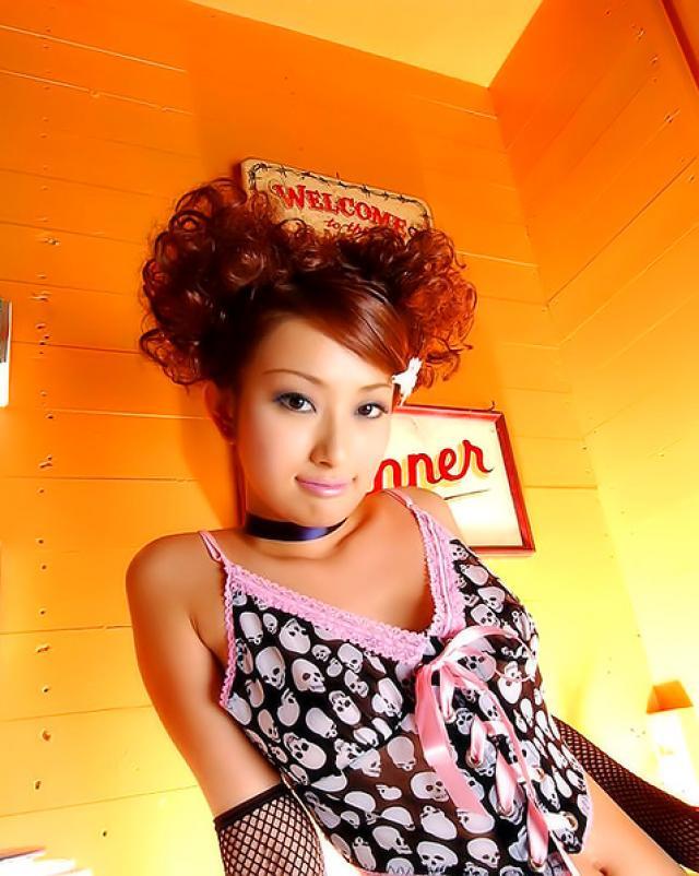Японская модница делает эротичные фото волосатой вагины