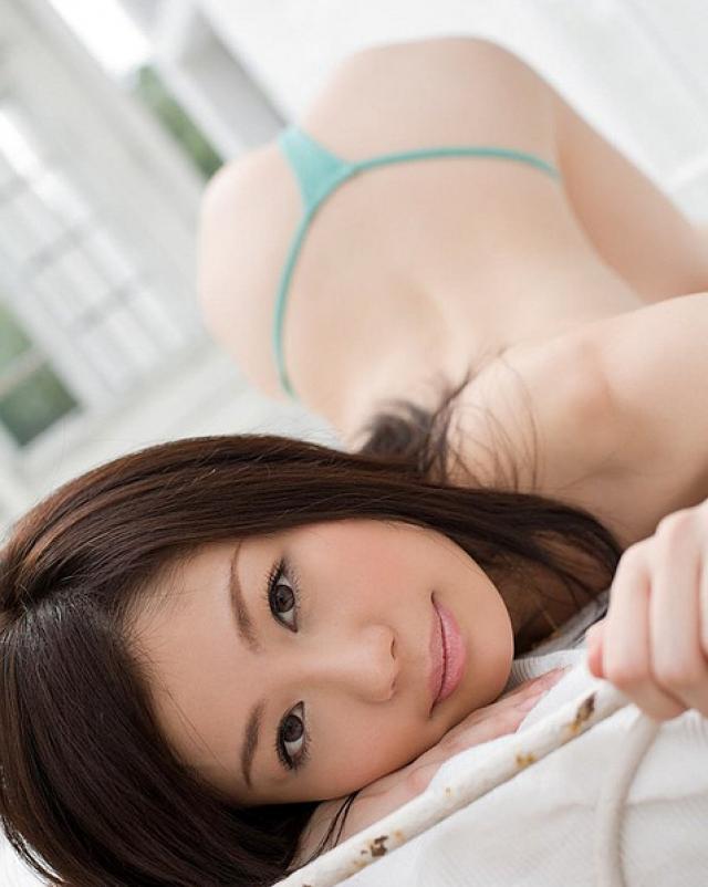 Азиатская девушка размахивает маленькими сиськами в коттедже