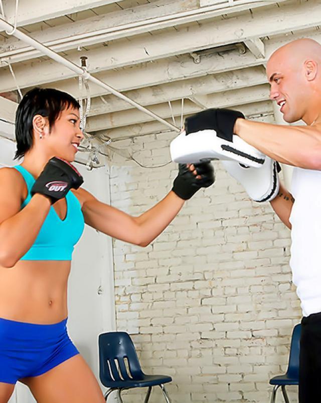 Тренер по боксу развел на секс горячую азиатку в спортзале