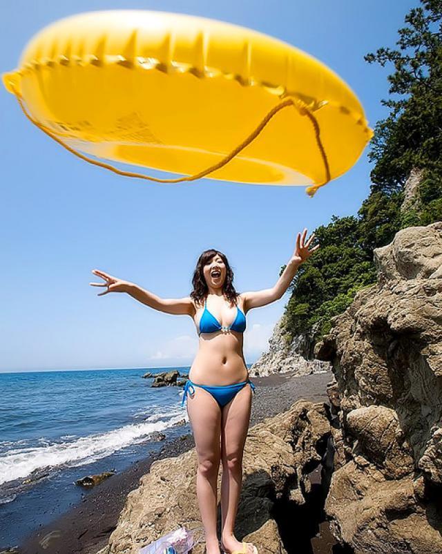 Японская красотка снимает одежду на пляже
